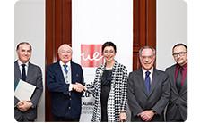 Firma del acuerdo entre La Fundación y la Universidad Europea.