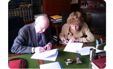 Firma del acuerdo de donación del archivo de Fuentes Quintana.